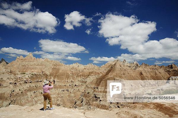 Frau fotografieren die Düsterlande. Badlands Nationalpark  South Dakota  Vereinigte Staaten von Amerika.