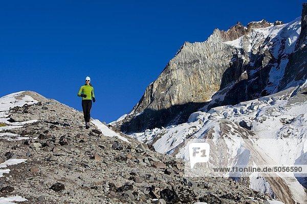 Frau Trail-Läufer auf Brohm Ridge in der Nähe von Squamish  British Columbia  Kanada.