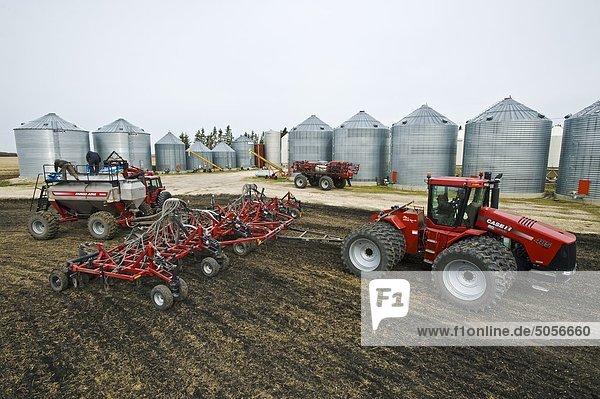 Bauern laden einen seeding Tank neben Hof  in der Nähe von Dugald  Manitoba  Kanada