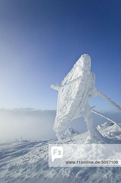 Extreme Windbedingungen und kaltem Wetter haben diese dicke Schicht von Raureif auf ein Telekommunikations-Gericht auf Grey Mountain in der Nähe von Whitehorse  Yukon  Kanada geschaffen.