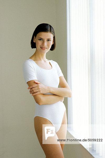 Frau trägt weiße Unterwäsche