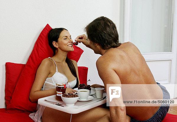 Paar einem Frühstück auf Bett