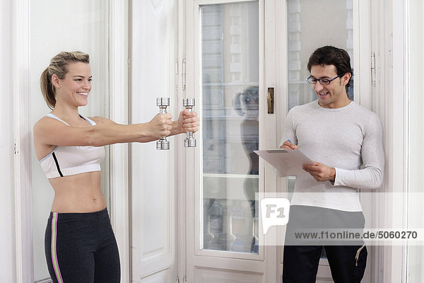 Woman exercising mit personal trainer