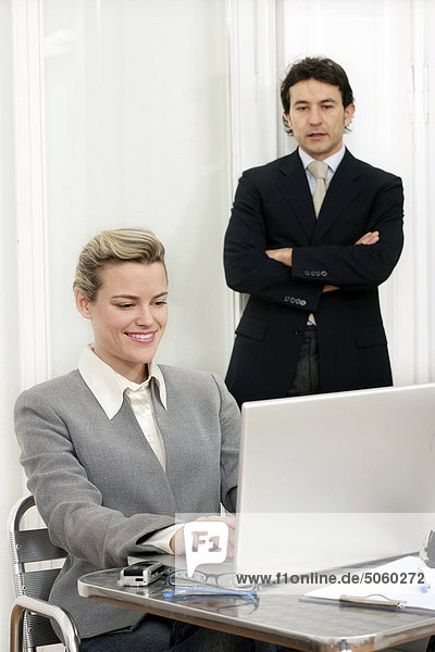 Mann und Frau Blick auf Laptop-computer