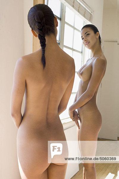 Nackt Vorm Spiegel