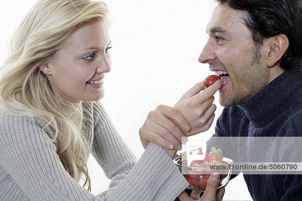 Frau Fütterung Mann mit Erdbeere