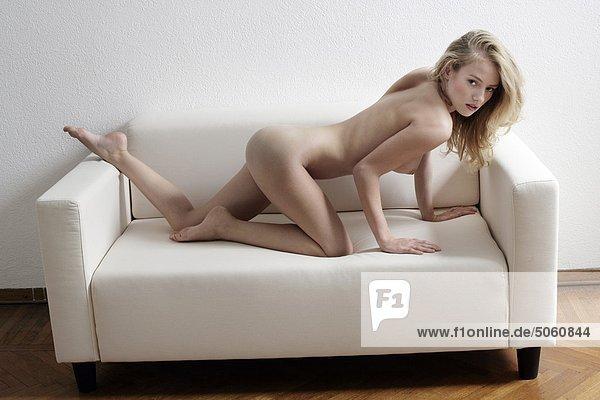 Frau nackt auf dem sofa