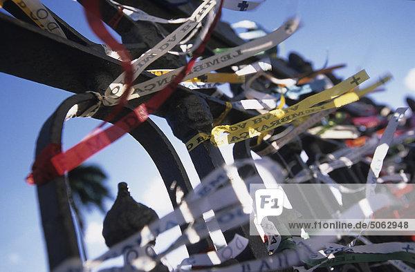 Brasilien  Salvador de Bahia: Multifunktionsleiste auf dem Zaun der Bonfin Kirche