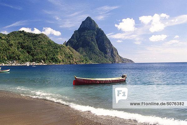 Karibik  St. Lucia Soufrière  Fischerboot in der Bucht und Pitons