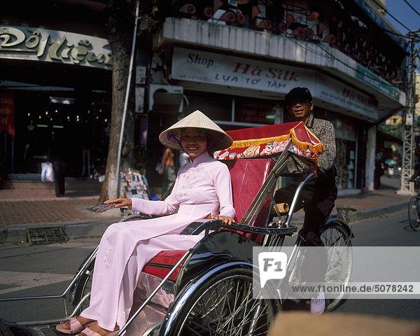 Vietnam  Hanoi  vietnamesische Frau auf Rikscha