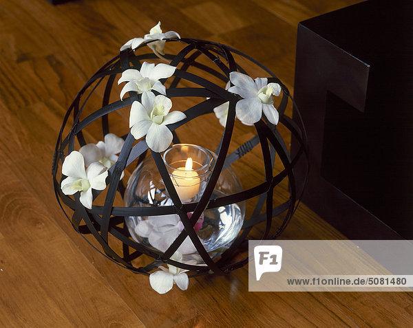 Kerze mit Frangipani Blumen verziert