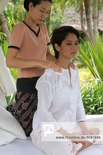 Asiatische Frau immer eine massage