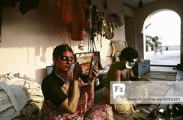 Kathakali Akteure  die sich den in Kerala  Indien