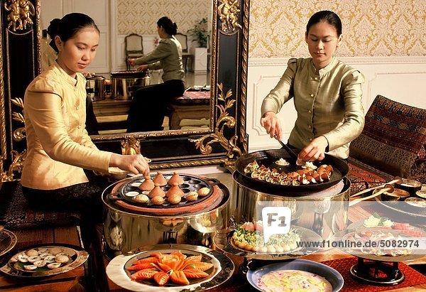 Mädchen  die Vorbereitung von süßen Pfannkuchen und andere Desserts im Oriental Hotel  Bangkok  Thailand