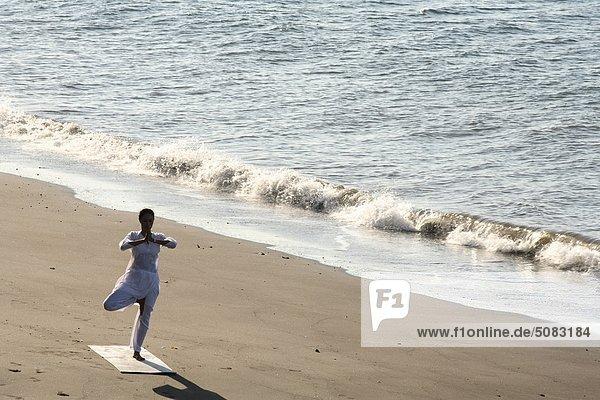 Yoga an einem Strand in Ost-Bali  Indonesien