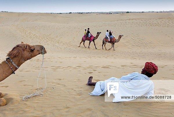sehen  fahren  Tourist  Wüste  groß  großes  großer  große  großen  Düne  Ethnisches Erscheinungsbild  Kamel  Indien  Rajasthan