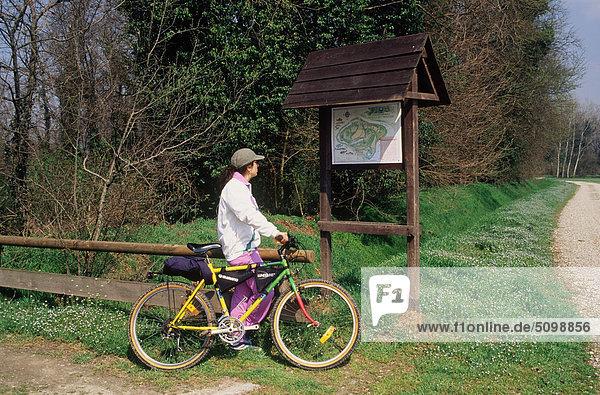 Lombardei  Süden Adda  natürliche reserve  Boscone Schätzung  Frau mit Fahrrad