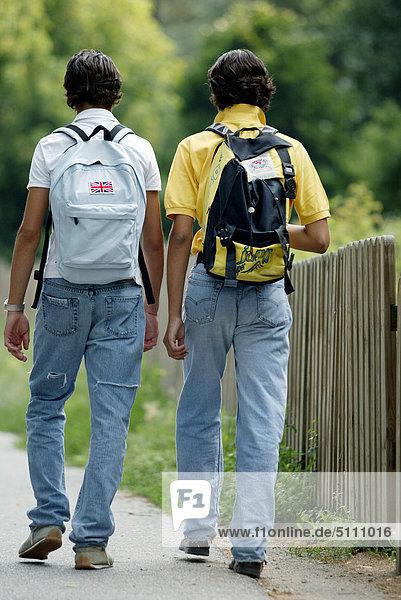 Jungen zu Fuß im freien