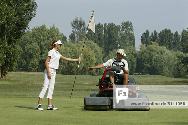 Paar spielt Golf