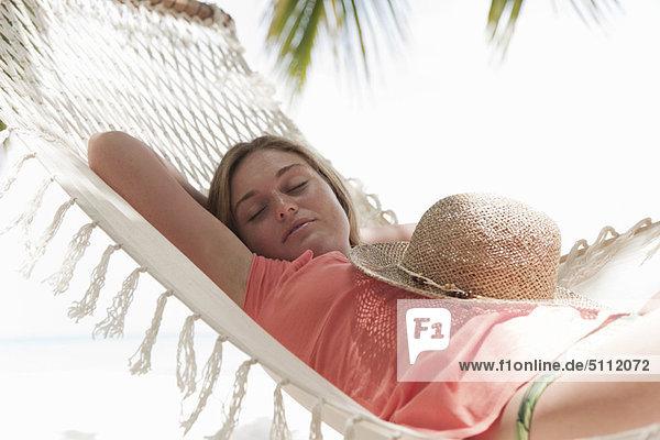 Frau  Strand  schlafen  Hängematte