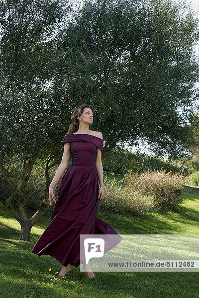 Frau in einem Park tragen elegante Kleid