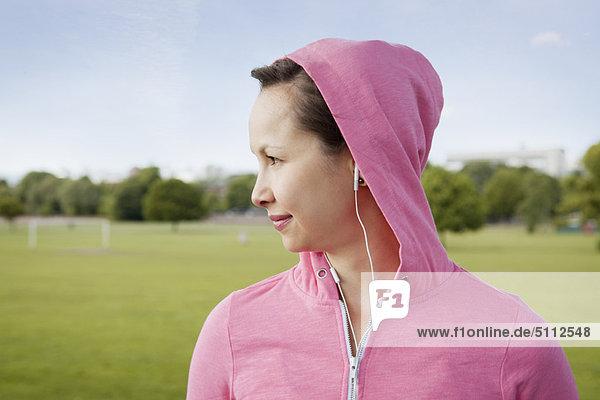 Frau mit Kopfhörer im Park