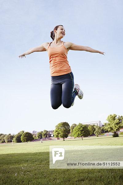 Frau beim Springen im Park