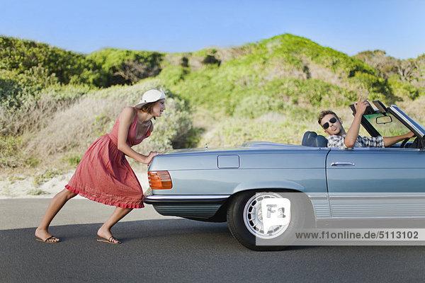 Frau  Freund  schieben  Auto  steuern