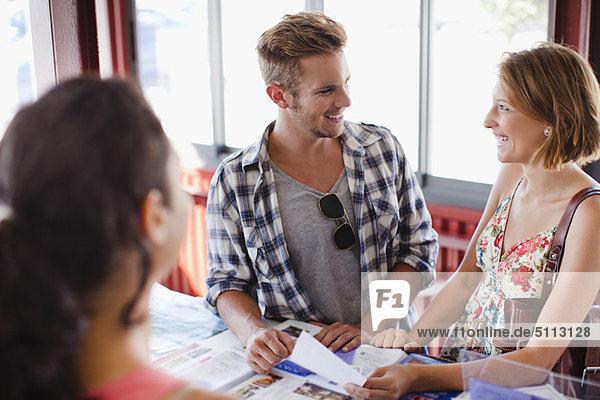 Lächelndes Paar im Tourist Info Center