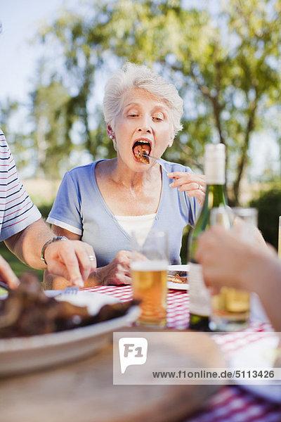 Frau  Picknick  essen  essend  isst  alt  Tisch