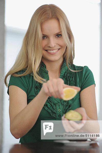 Frau  lächeln  essen  essend  isst  Tisch
