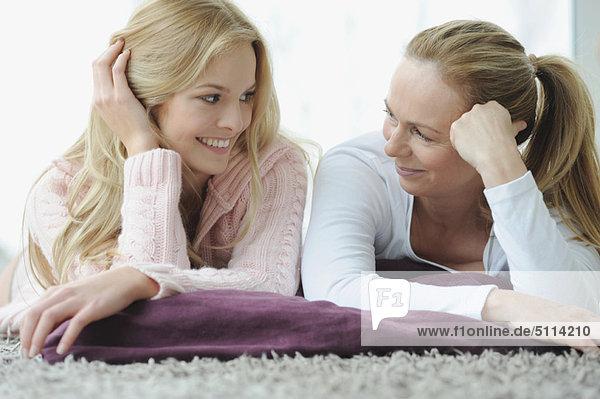liegend  liegen  liegt  liegendes  liegender  liegende  daliegen  Zusammenhalt  Tochter  Mutter - Mensch