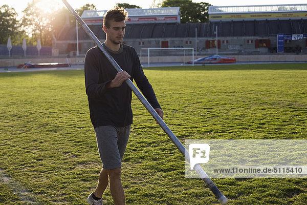 Mann  gehen  Stange  Gras  Stadion
