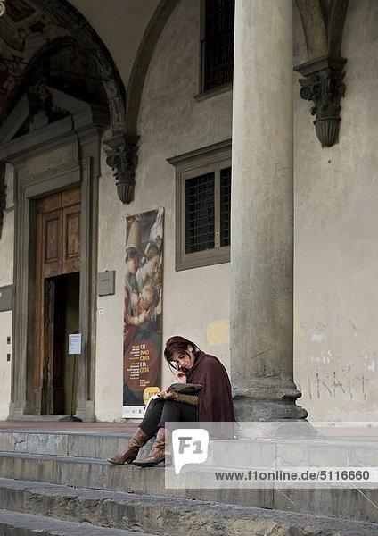 Eine Frau ist eine Buch zu lesen  Italien (Italien)