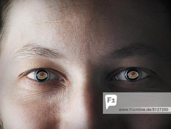 Nahaufnahme des Mannes Augen mit Gebäck reflektiert