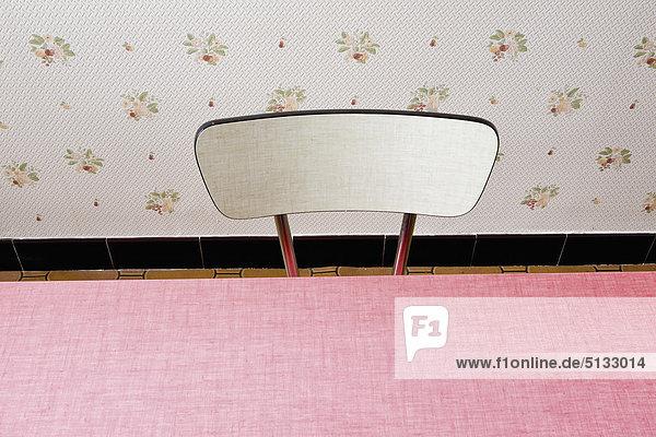 Stuhl und Tisch  beschnitten