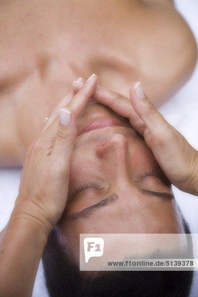 Mann empfangen Massage Gesichtsausdruck Gesichtsausdrücke Ausdruck Ausdrücke Mimik