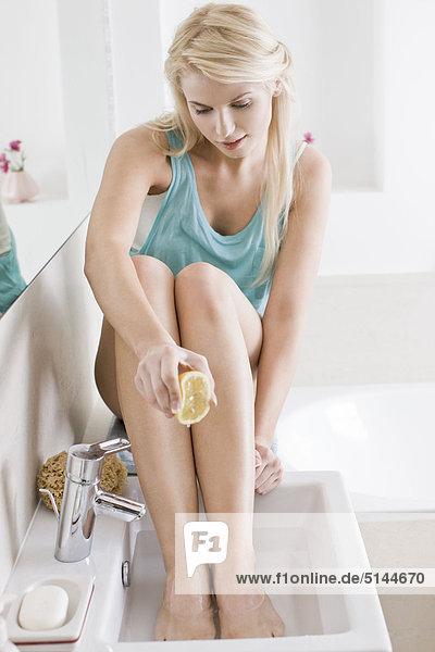 Frau Füße in Zitronensaft Tränken