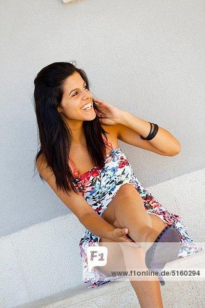Farbaufnahme Farbe sitzend junge Frau junge Frauen Attraktivität Fröhlichkeit Blume Kleid