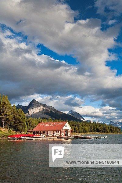 Berg Felsen See Bootshaus Maligne Lake Jasper Nationalpark Alberta Kanada kanadisch