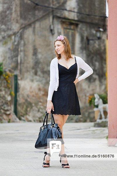stehend junge Frau junge Frauen Attraktivität Handtasche