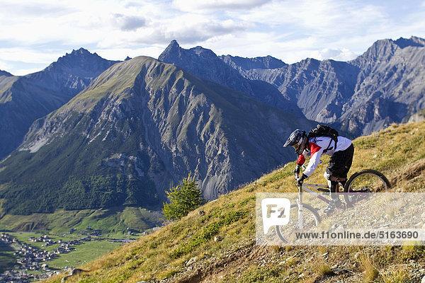 Italien  Livigno  Blick auf den Mann auf dem Mountainbike Downhill