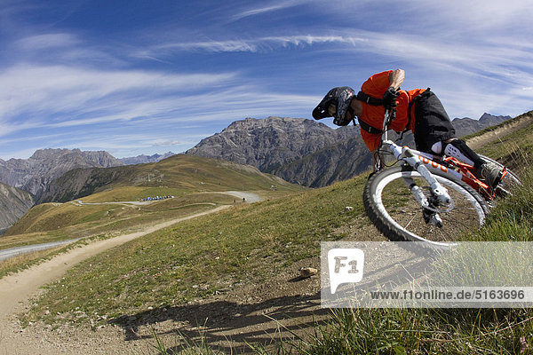 Italien  Livigno  Blick auf den Mann beim Freeriden Mountainbike Downhill