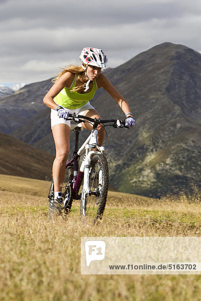Italien  Livigno  Ansicht der Frau auf dem Mountainbike