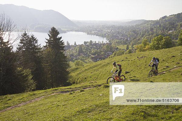 Mann und Frau Mountainbiken auf den Bergen