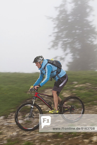 Mid Erwachsene Frau Moutainbiking im Nebel