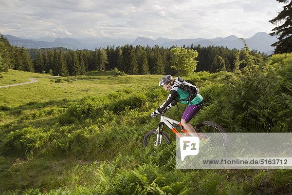 Österreich  Tirol  Spitzstein  Junge Frau Mountainbiking