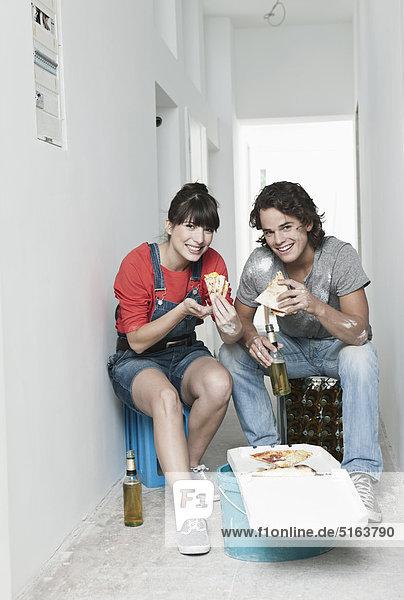Deutschland  Köln  Junges Paar bei der Mittagspause in der renovierten Wohnung