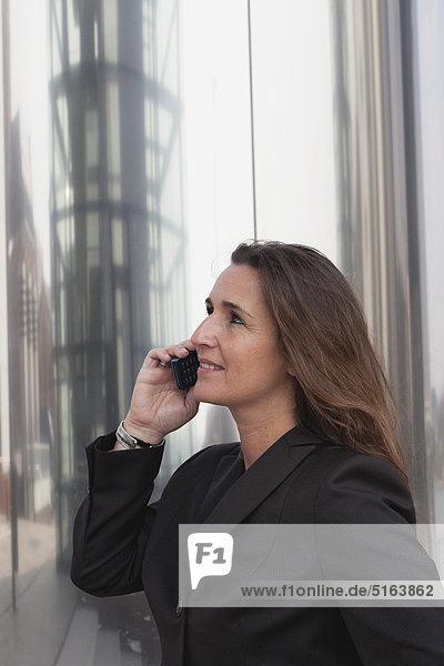 Nahaufnahme der Geschäftsfrau am Handy