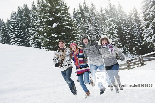 Österreich  Salzburger Land  Flachau  Jugendliche mit Spaß im Schnee